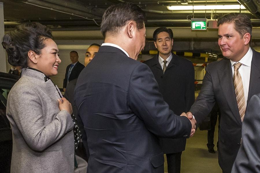 Jaap Liethof verwelkomt Chinese president Xi Jinping en zijn vrouw bij de Hotels van Oranje