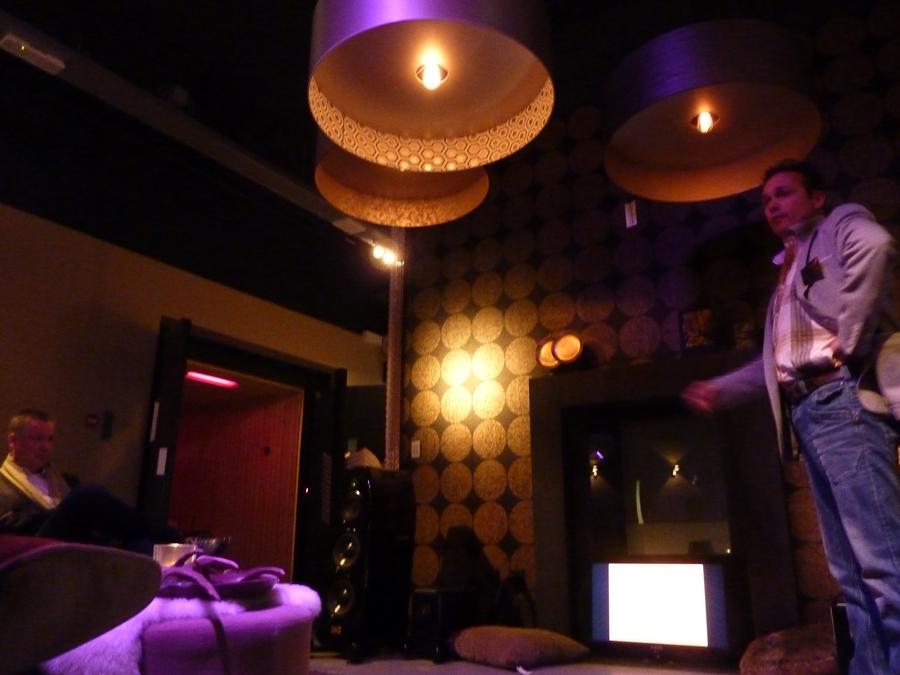 Edwin Keijzer geeft zijn presentatie in de huiskamer van MeetWell