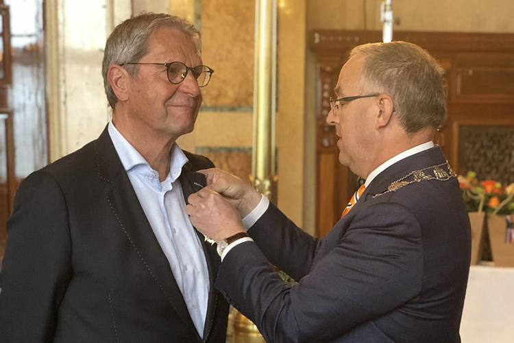 Burgemeester Aboutaleb spelt Jos van der Vegt de onderscheiding op