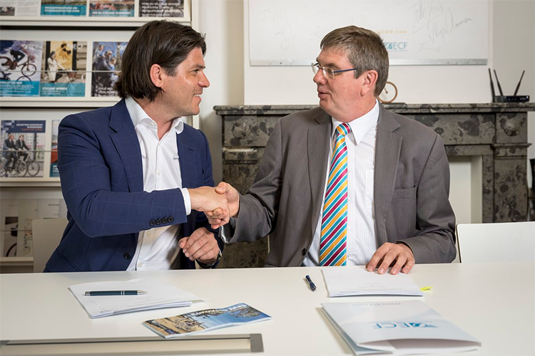 Igor Philtjens (Limburg Regional Minister for Tourism) and Bernhard Ernsink (Secretary General ECF) signing the Memorandum of Understanding at the ECF's headquarters in Brussels.
