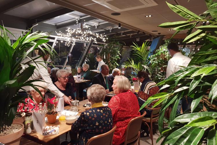 Carlton President sponsort kerstdiner voor ouderen