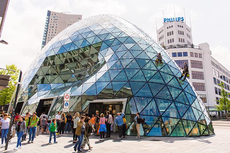 De glazen 'Blob' waar het Nederlandse merk Sissy Boy haar vestiging heeft © Twycer / www.twycer.nl