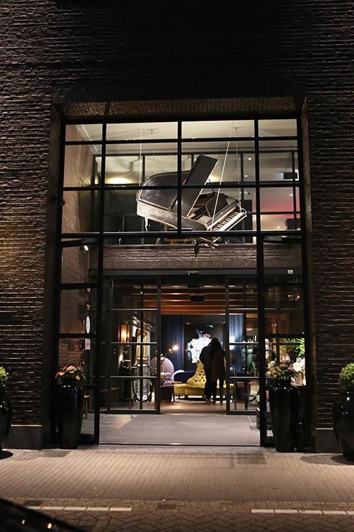 De Koreaanse delegatie was neergestreken in het prestigieuze Amsterdamse Pulitzer Hotel. Het hotel heeft meerdere ingangen, maar deze is wel het meest indrukwekkend met een hangende vleugel boven de deur.
