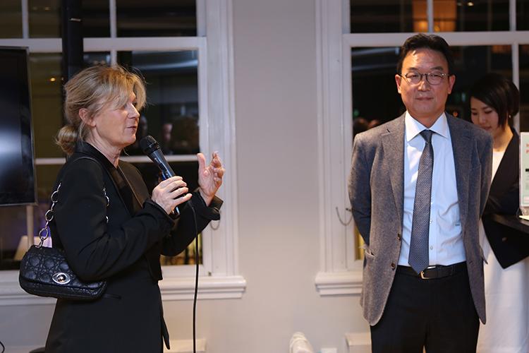 Corinne Both van het Parijse PR bureau Axium Marketing zet haar klant in het zonnetje: 'Na dit goede verhaal wil ik liefst morgen al naar Zuid-Korea.'