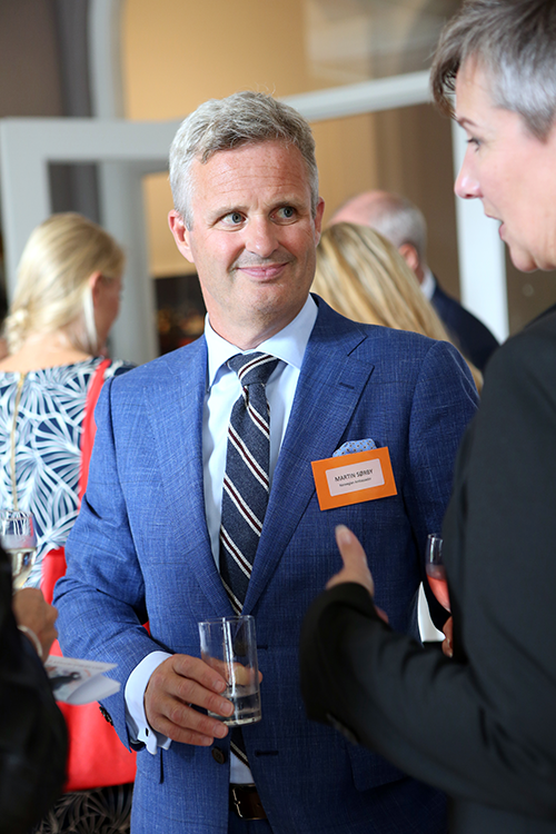 De ambassadeur, Martin Sørby, in gesprek met Oddhild Breivik, sales manager MICE van Ålesund Convention Bureau: 'De art niveau architectuur trekt veel MICE managers over de streep om een congres in Ålesund te boeken.'