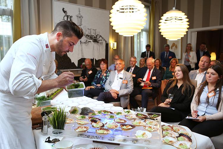 Danièl Rougè Madsen is de bekendste Noorse TV-chef. Iedereen hing aan zijn lippen en het eten (vooral schaaldieren, sushi en visgerechten) werden door de aanwezigen alom bejubeld.