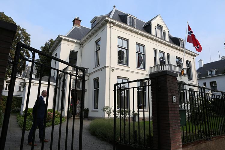 De statige residentie van de ambassadeur aan de Andries Bickerweg in Den Haag. De begane grond is voor ontvangsten en bijeenkomsten. Op de tweede verdieping bevinden zich de privé-vertrekken.