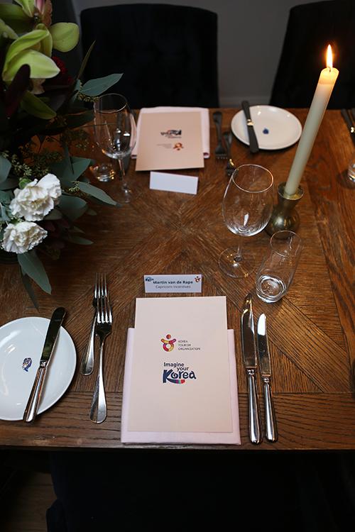 De voorkant van de menukaart doet vermoeden dat het gezelschap Koreaanse specialiteiten krijgt bereid. Maar de Frans/Italiaanse keuken van het Pulitzer kwam echter niet uit de comfortzone. Er kon gekozen worden tussen pasta, vis en biefstuk.