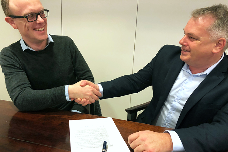 Menno Pleij and Erik Antonisse shake hands on Neuroshaping partnership