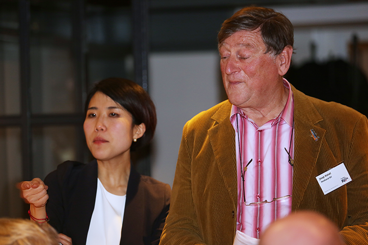 PCO Jaap Ketel van Nedland, regelmatige bezoeker van Zuid-Korea, sprak tijdens het eten de deelnemers even toe om een kleine waarschuwing te geven. 'Als je naar Zuid-Korea gaat en je wilt daar een auto huren, neem dan een internationaal rijbewijs mee. Want ik had een auto gereserveerd, maar met mijn Nederlandse kaart kreeg ik hem niet mee.