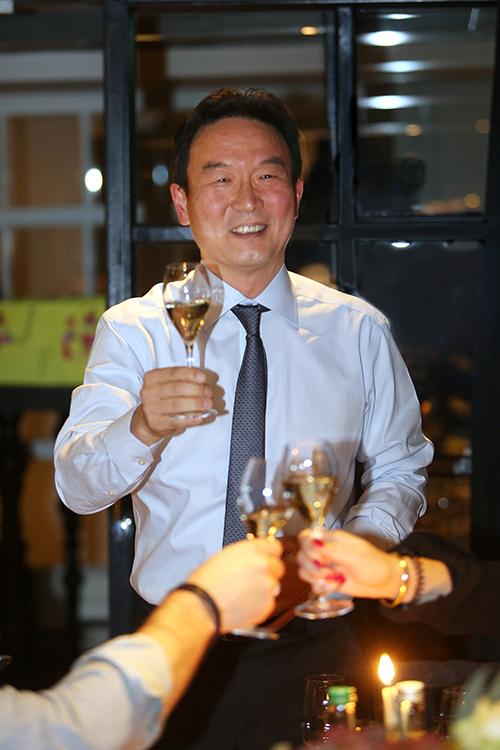 Steve M Kang, directeur van Korea Tourism Organization brengt een toost uit op de aanwezige PCO's. 'Dank je wel. In Zuid-Korea zeggen we dan gam-sa-ham-nee-da.'
