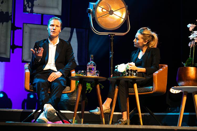 Gijsbregt Vijn, oprichter van Creative Agency Lemon Scented, in gesprek met dagvoorzitter Shelly Sterk © Jordi Wallenburg