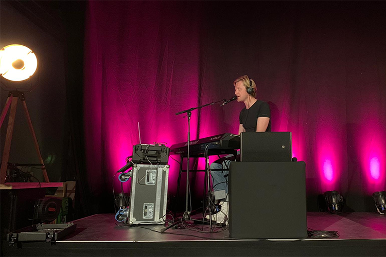 Ozark Henry performing his 3D immersive sound experience