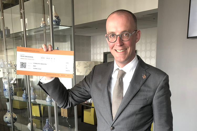 Erik-Jan Ginjaar met boarding pass voor social distance proof meeting