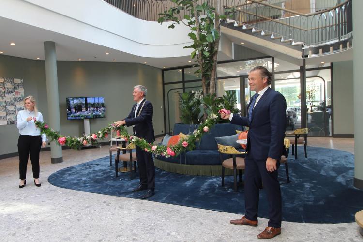 De Burgemeester van Venlo, Antoin Scholten, opent het nieuwe Van der Valk Hotel Venlo