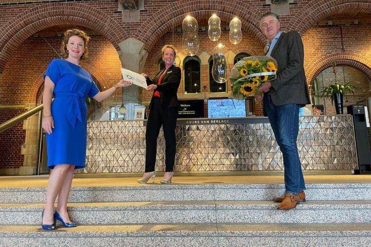 Overhandiging van Yoin excellent meeting places aan Beurs van Berlage